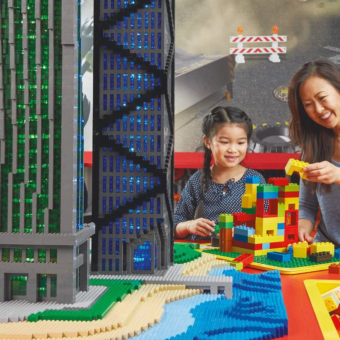 002GHN mom and kid playing with lego