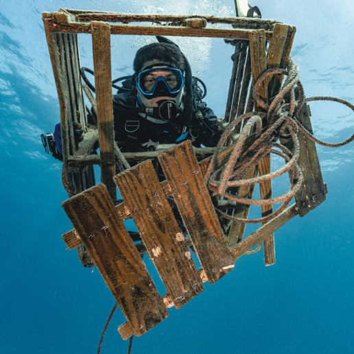SEIKO It's TIME Taking the Plunge for Marine Conservation © Jack Fishman holding debris